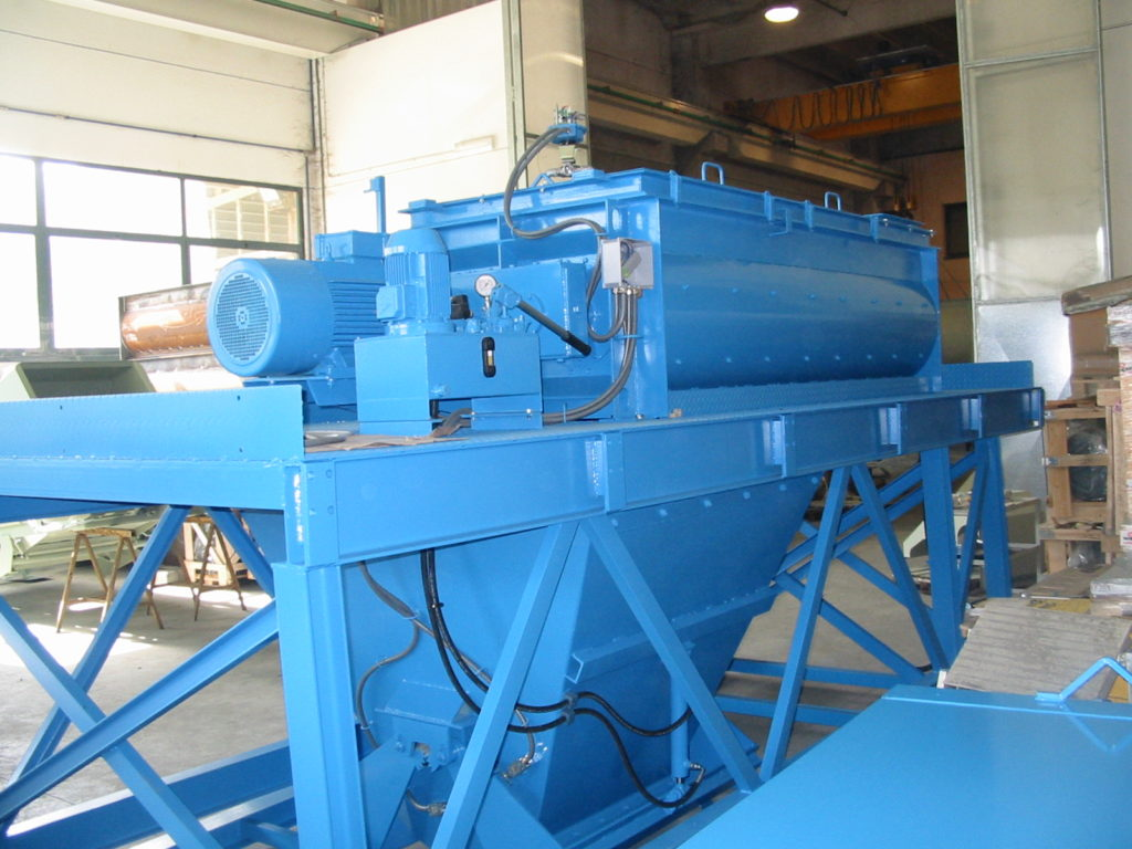 http://www.cm-concretemixers.it/wp-content/uploads/2016/07/MC100-Mixed-Waiting-Hopper-Compact-Frame-1.50m3-12-1024x768.jpg